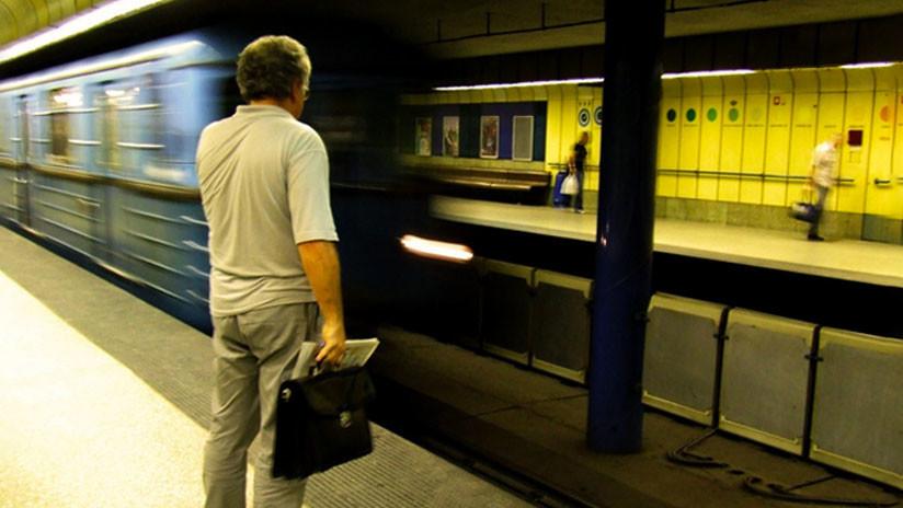 VIDEO: Un hombre cae a las vías del metro en México desde una altura de cuatro metros