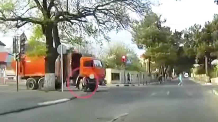 Impactante: una chica rusa es atropellada por un camión y se levanta como si nada (VIDEO)
