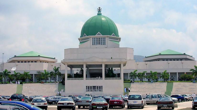 VIDEO: Senador suspendido irrumpe en la cámara y roba el símbolo del poder legislativo en Nigeria