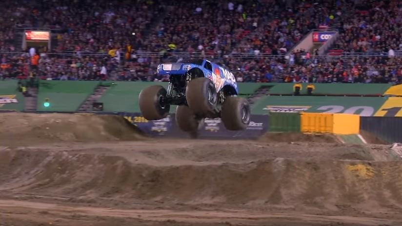 VIDEO: El primer salto mortal adelante de un 'camión monstruo' en la historia