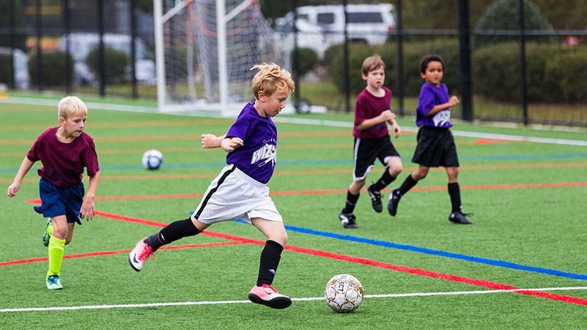 VIDEO: La maravillosa lección que un adolescente de 13 años le da al fútbol al patear un penal