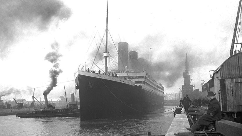 Subastan una rara fotografía del funeral en altamar de una víctima del Titanic
