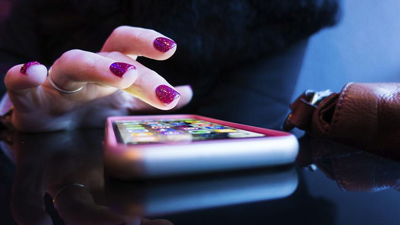 Una niña envía una foto desnuda a un compañero y ambos son detenidos por distribución de pornografía