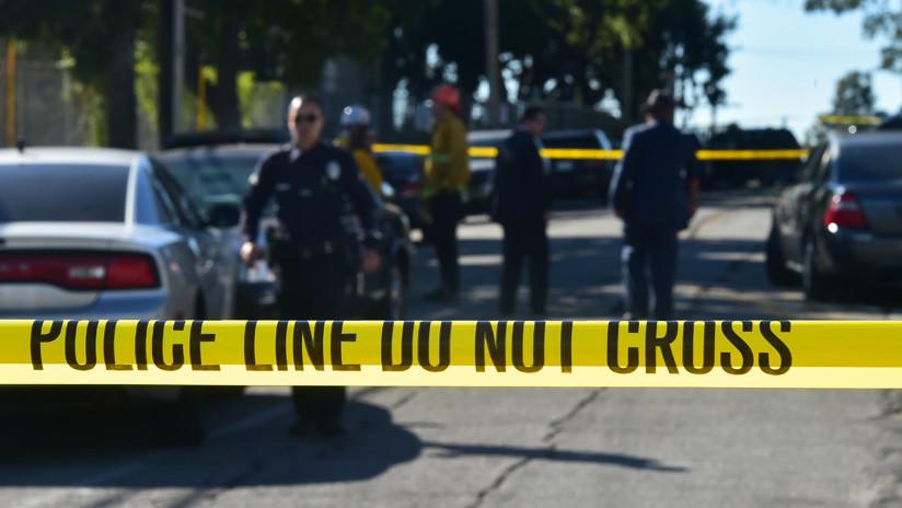 EE.UU.: Un indigente apuñala en el cuello a un hombre que tenía a su hija en el regazo