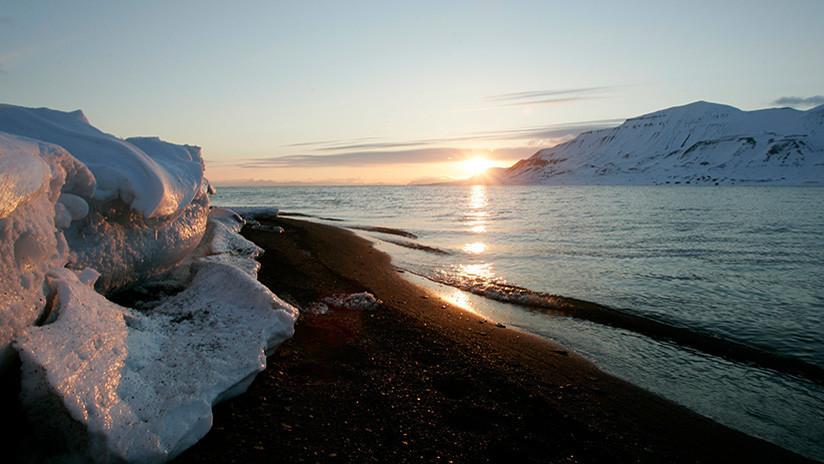 Unos misteriosos agujeros en el hielo del Ártico desconciertan a la NASA (FOTO)