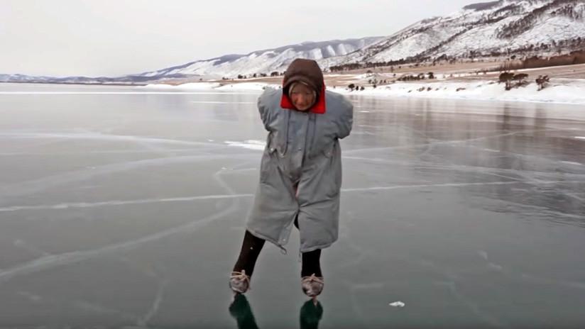 VIDEO: 'Baba Liuba', la abuela rusa que pasea a diario por el hielo del Baikal en patines caseros