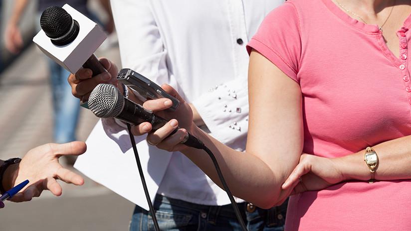 """""""¡No me toques!"""": Una reportera estalla de ira al ser acosada en una transmisión en directo (VIDEO)"""
