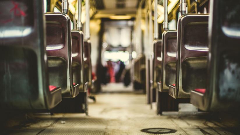 Perú: Un hombre rocía con gasolina y prende fuego a una mujer en un autobús