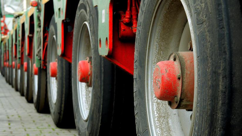 FOTO:13 camiones hacen una extraordionaria maniobra para salvar a un hombre que quería suicidarse