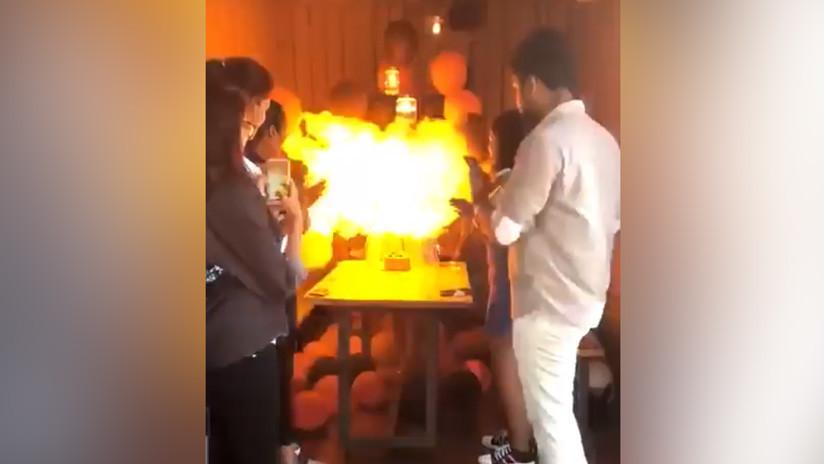 VIDEO: Enciende la vela de cumpleaños y queda envuelta en una bola de fuego