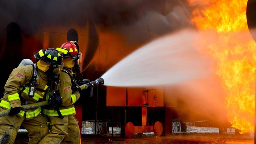 VIDEO: Bombero salva a un bebé arrojado desde un segundo piso en llamas