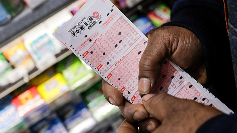 Olvida que compró un boleto de lotería, lo encuentra y gana cuatro millones de dólares