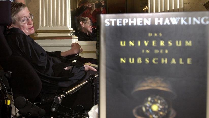 FOTO: Subastan el libro que firmó Stephen Hawking antes de quedarse paralizado por la enfermedad