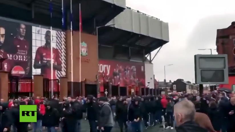 VIDEO: Acusan a dos hinchas de la Roma de causar una grave lesión a un aficionado del Liverpool