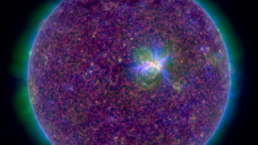 Astrónomos advierten una mancha en el Sol con enormes bucles magnéticos
