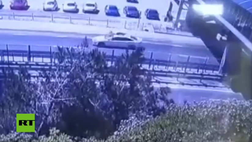 FUERTE VIDEO: Cae desde un puente e impacta sobre el capó de un auto que circulaba a toda velocidad