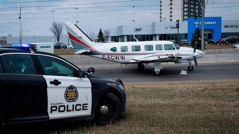 VIDEO: Una avioneta aterriza de emergencia con gran destreza en plena autopista en Canadá