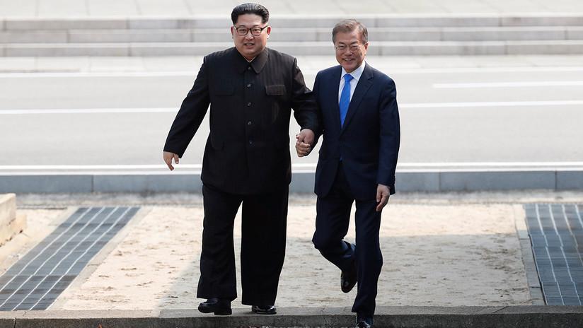 VIDEO: Moon visita brevemente Corea del Norte de la mano de Kim