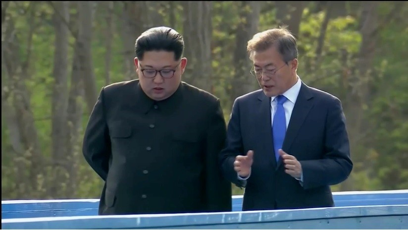 VIDEO: Kim Jong-un y Moon Jae-in dan un paseo durante su encuentro en Panmunjom