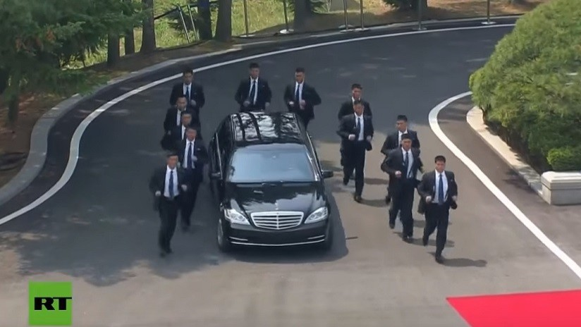 VIDEO: 12 guardaespaldas a pie custodian el auto de Kim Jong-un durante su encuentro con Moon Jae-in
