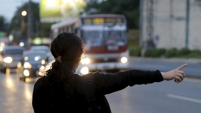 FUERTE VIDEO: Un autobús atropella a una mujer y esta se levanta como si nada