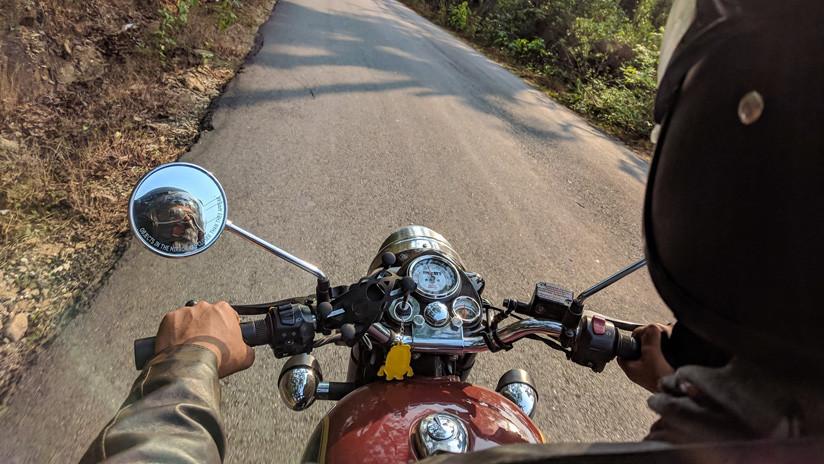 VIDEO IMPACTANTE: Ata a su hija al asiento trasero de una moto para obligarla a ir a la escuela