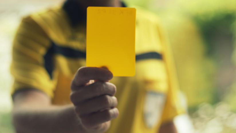 VIDEO: Un árbitro 'recibe' una tarjeta amarilla en un partido de la liga holandesa