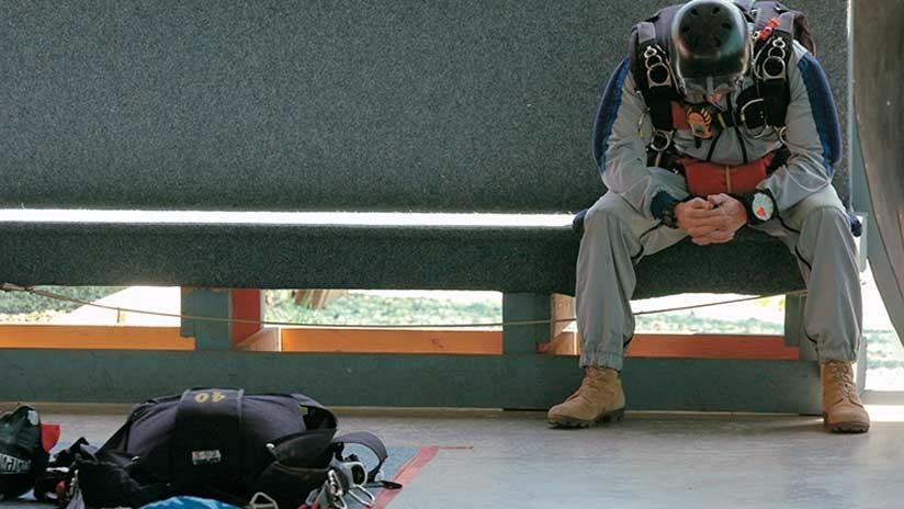 """""""Pensé que iba a morir"""": Salta en paracaídas y su instructor se desmaya en el aire"""