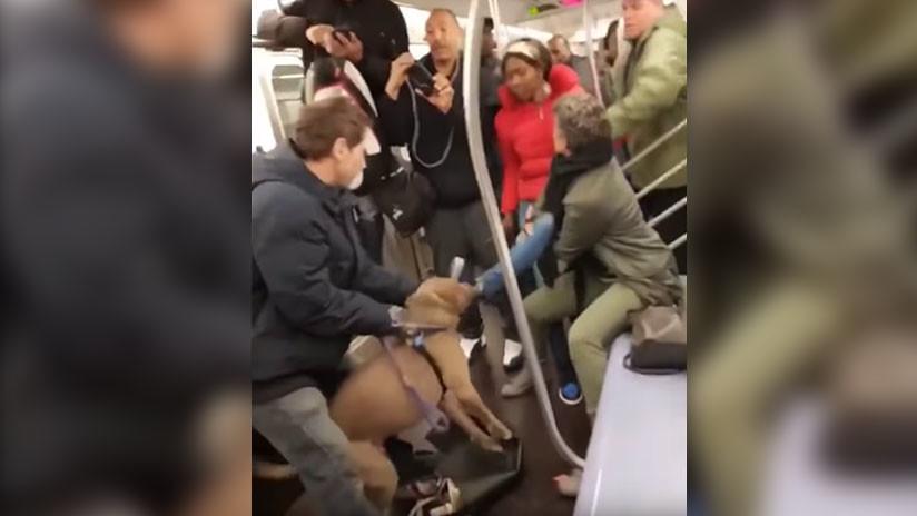 VIDEO: El inquietante momento en que un pitbull muerde a una mujer en el metro de Nueva York