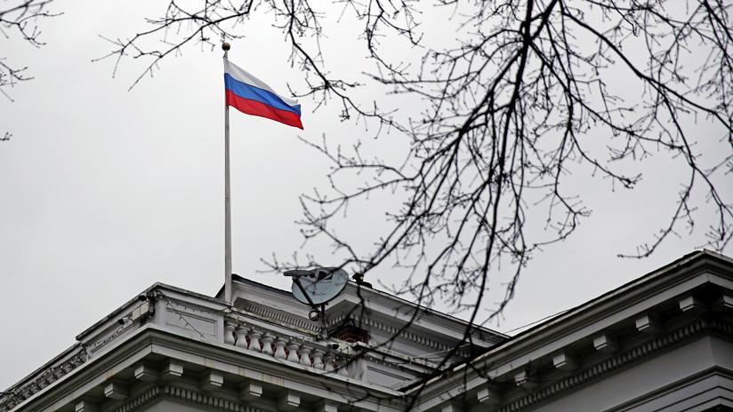 Autoridades retiran la bandera rusa de la residencia del cónsul general de Rusia en Seattle