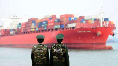 Un buque de carga en un puerto en Qingdao, este de China, el 8 de marzo de 2018.