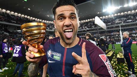 Dani Alves celebra la Copa de la Liga de Francia obtenida por el PSG frente al Mónaco, el 31 de marzo de 2018 en Bordeaux.