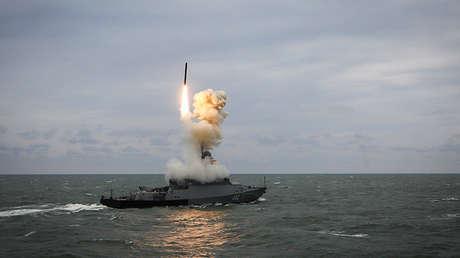 La corbeta lanzamisiles Grad Sviyazhsk dispara un misil Kalibr durante unos ejercicios en el mar Caspio, el 11 de octubre del 2017.