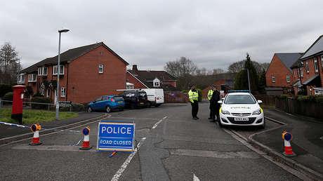 Agentes de Policía en la zona donde reside Serguéi Skripal en Salisbury, en el sur de Inglaterra, el 11 de marzo de 2018.