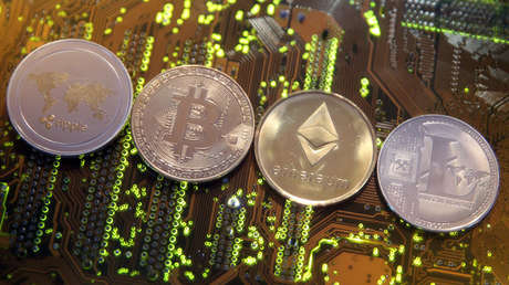 Representaciones de las monedas virtuales Ripple, Bitcoin, Ethereum y Bitcoin.