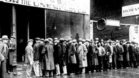 Cola de hombres cerca de un comedor de beneficencia para desempleados en los años de Gran Depresión, Nueva York, EE.UU.