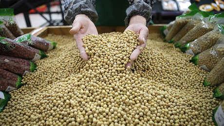 Un trabajador en un supermercado de Wuhan, provincia de Hubei (China), el 14 de abril de 2014.