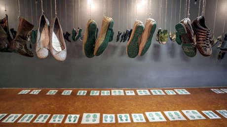 Exposición organizada por Huellas de la Memoria con los zapatos de quienes buscan a los desaparecidos en México.