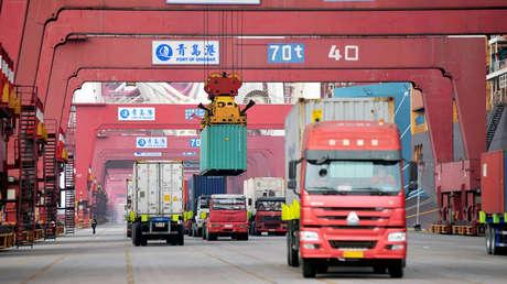 Puerto de Qingdao en la provincia de Shandong, China el 8 de marzo de 2018.