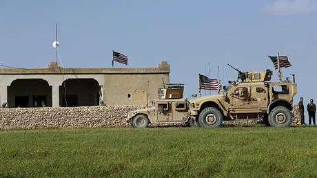 Soldados estadounidenses se dirigen a una avanzada, norte de Manbij, Siria, 21 de marzo de 2018.