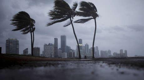 Nubes oscuras cubren el horizonte de Miami antes de la llegada del huracán Irma al sur de Florida, EE.UU., el 9 de septiembre de 2017.
