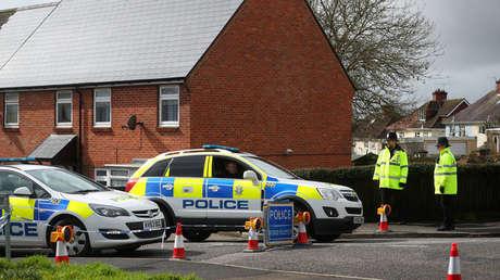 Agentes de policía protegen el área acordonada alrededor de la casa del ex oficial de inteligencia ruso Sergei Skripal en Salisbury, Gran Bretaña, el 3 de abril de 2018.