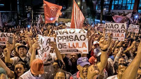Partidarios del expresidente Lula da Silva frente a la Unión Metalúrgica, en Sao Bernardo do Campo, Brasil, el 5 de abril de 2018.
