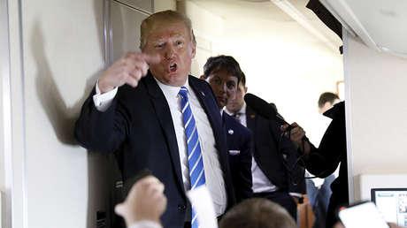 El presidente estadounidense, Donald Trump, habla con los periodistas a bordo del Air Force One, el 5 de abril de 2018