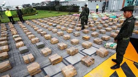 Policías antinarcóticos hacen guardia a paquetes de marihuana exhibidos durante una conferencia de prensa en Bogotá, Colombia, el 23 de abril de 2013.