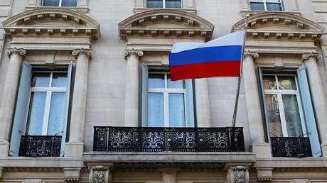 Una bandera rusa  en el Consulado General de Rusia en Nueva York, EE.UU., el 26 de marzo de 2018.