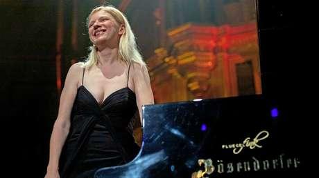 La pianista clásica Valentina Lisitsa actúa en el escenario del Royal Albert Hall de Londres, el 19 de junio de 2012.