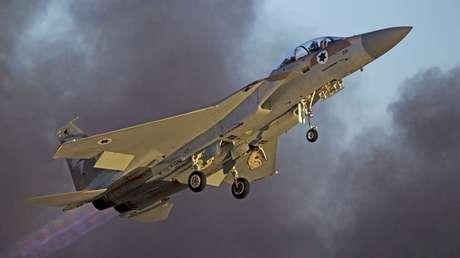 Un avión de combate de la Fuerza Aérea israelí vuela durante una exhibición en la base aérea de Hatzerim en el sur de Israel, el 25 de junio de 2015.