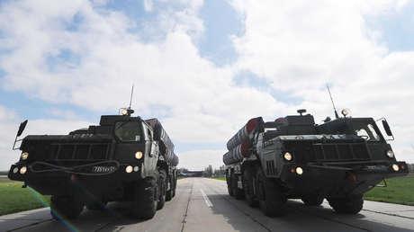 Sistemas de defensa aérea S-400.