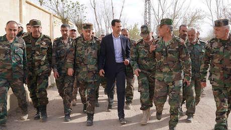 El presidente sirio, Bashar al Assad, con soldados de su Ejército, Guta Oriental, Siria, 18 de marzo de 2018.